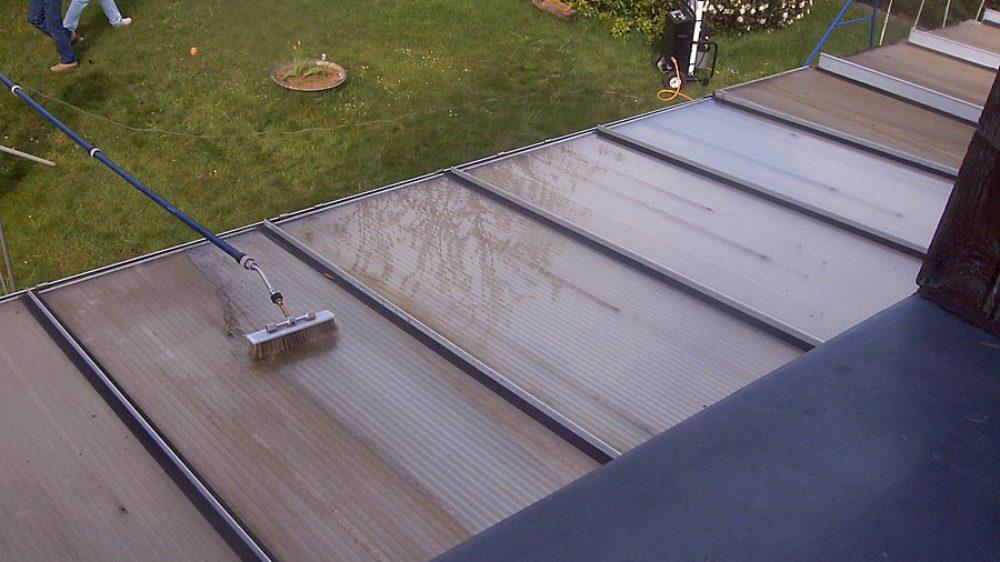 chantier-de-nettoyage-de-panneaux-plexiglass-a-l-eau-pure-sans-pression-ni-produits-chimiques-aucun-risque-de-deterioration-des-joints-et-du-pvc