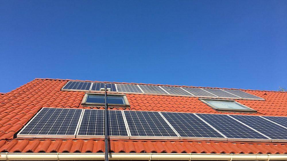 installation-photovoltaique-en-cours-de-nettoyage
