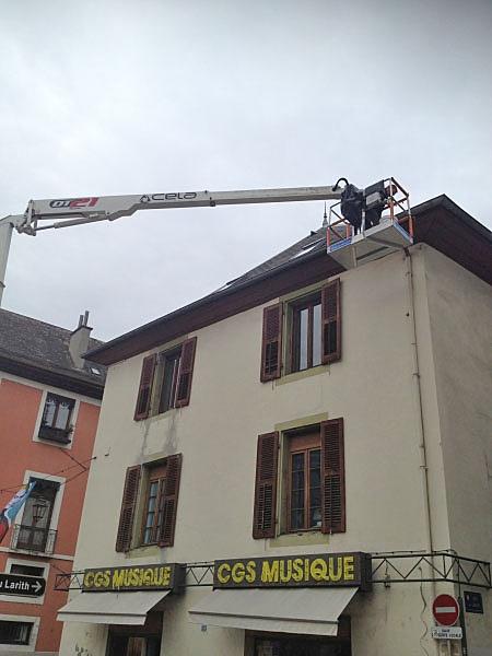 Nettoyage de chéneaux et toitures avec nacelles élévatrice, en centre-ville à Chambéry