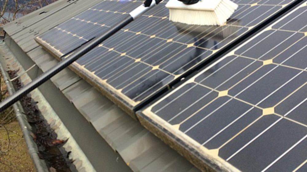 nettoyage-panneaux-solaires-en-savoie-avec-brosse-souple-et-eau-pure-procede-ecologique-et-economique